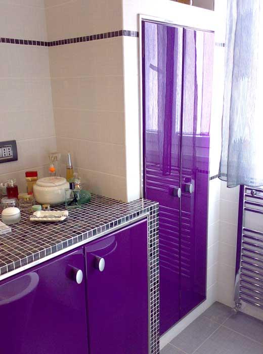 Arredo bagno in laccatura viola lucido, realizzato dal progetto al prodotto finito
