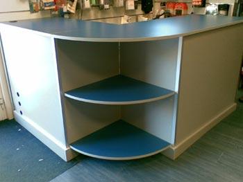 Bancone da lavoro e reception per negozi ed uffici personalizzati al centimetro