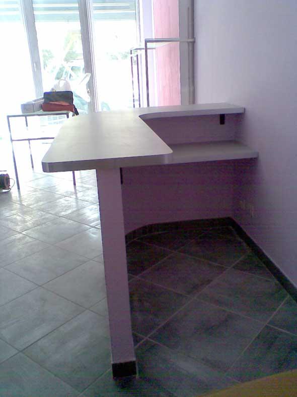 Bancone-reception per negozio, realizzato su misura da HolzLi