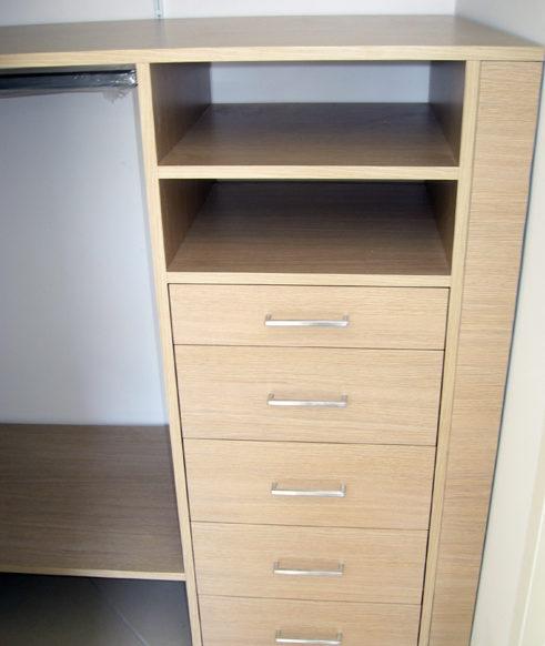 Cabina armadio cassettiera con ripiani su misura